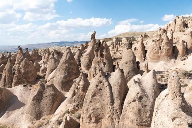 Скальные образования в каппадокии, недалеко от города невшехир, турция Premium Фотографии