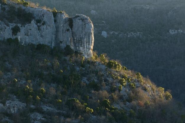 秋のクロアチア、イストリア半島の山の奇岩 無料写真