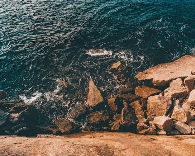 Скальные образования у моря в нитерой Бесплатные Фотографии