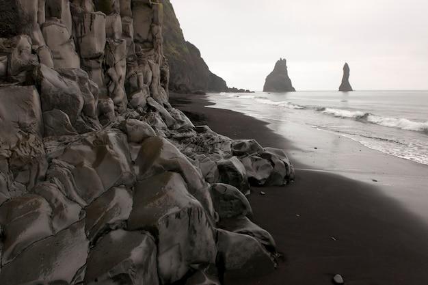 Rockface along the beach on a cloudy day Premium Photo