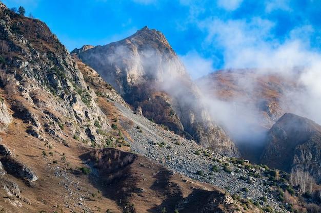 晴れた日の秋の北コーカサス山脈の岩と雲 Premium写真