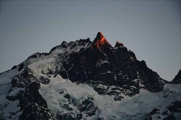Rocce coperte di neve in inverno all'alba Foto Gratuite