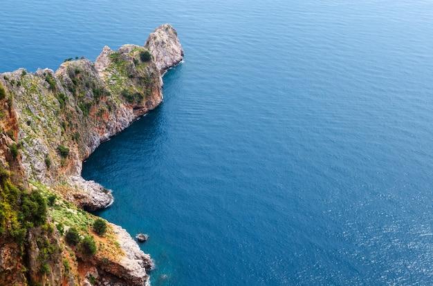 アラニヤ沖の岩。上からの眺め Premium写真