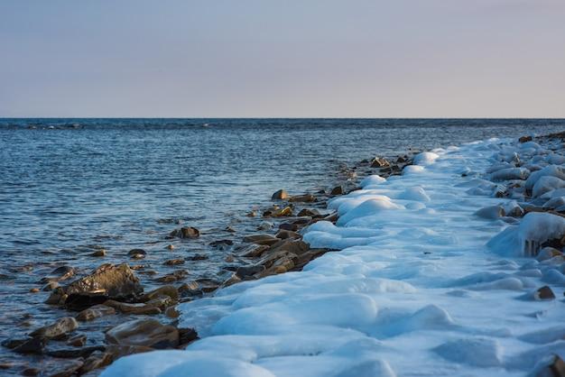 Скалистый пляж, зимнее время. русское побережье японского моря Premium Фотографии