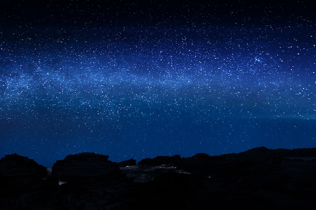 Rocky cliff with bright from the stars Premium Photo