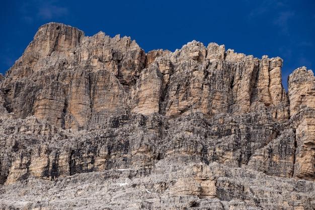 Scogliere rocciose delle alpi italiane sotto il cielo Foto Gratuite