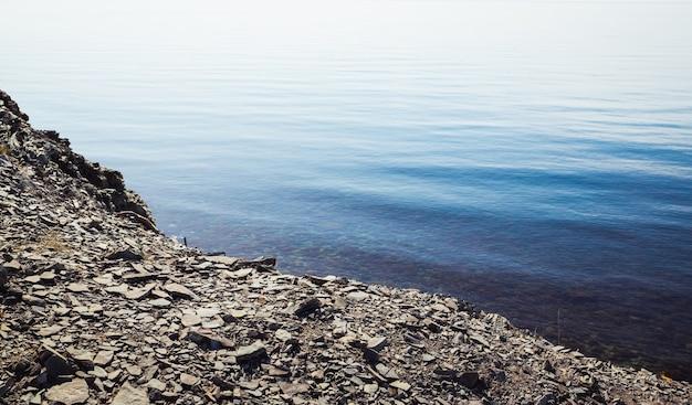 岩だらけの海岸と穏やかな青い海 Premium写真