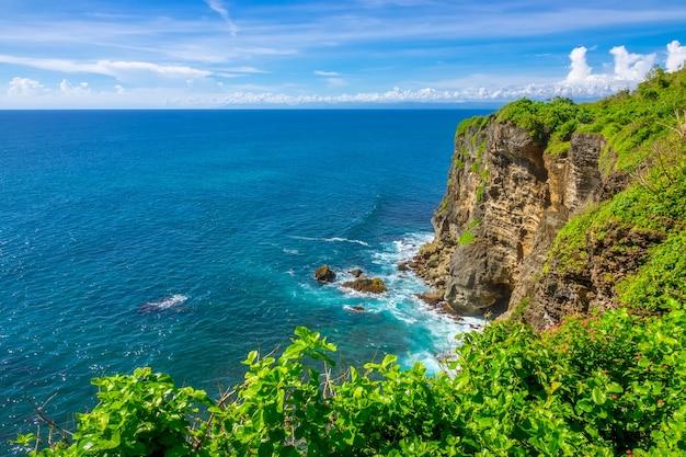熱帯の島の岩の多い海岸と晴れた日 Premium写真