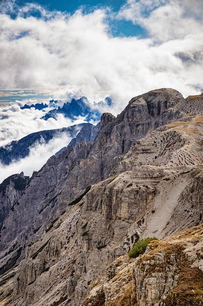 Скалистые горы в италии с облачным небом, доломиты, тре-чиме-ди-лаваредо Premium Фотографии