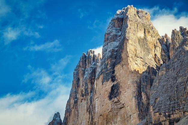 Скалистые вершины и пасмурное голубое небо, парк тре чиме ди лаваредо, италия Premium Фотографии