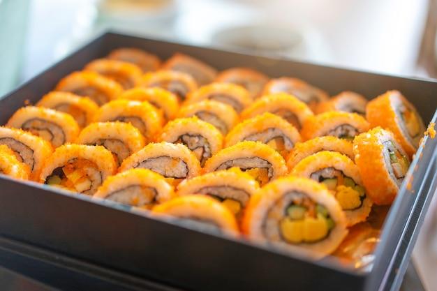 Ролл суши готовые к употреблению в японском ресторане. Premium Фотографии