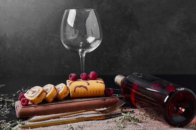 Rollcake con frutti di bosco e bevanda su un vassoio Foto Gratuite