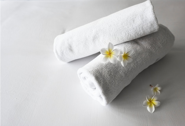 Свернутые чистые полотенца на кровати Бесплатные Фотографии