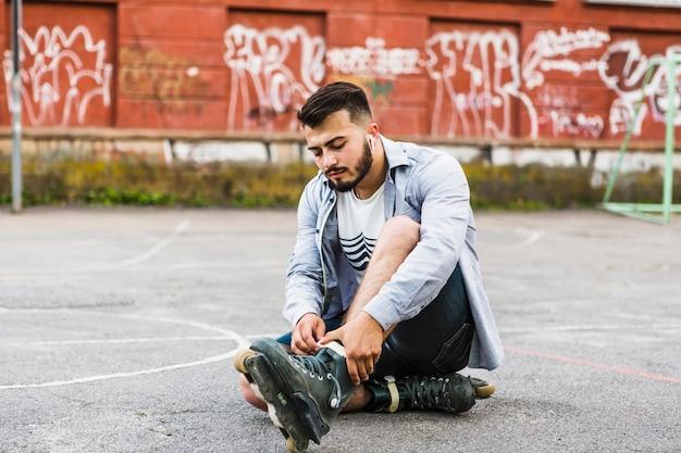 屋外の裁判所でrollerskateを履いている若い男 無料写真