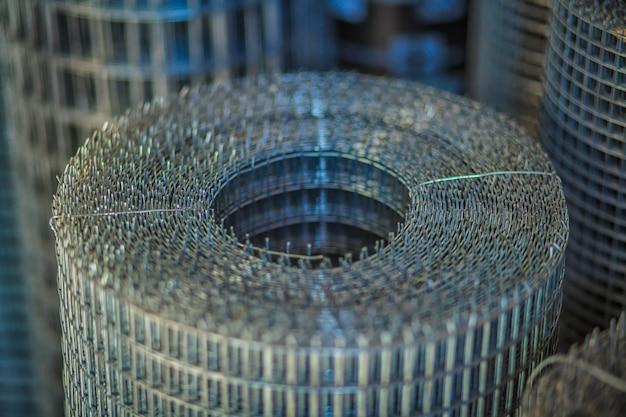 鉄メッシュ(金網)のロールは、建設現場でコンクリートを補強するために使用します。 Premium写真