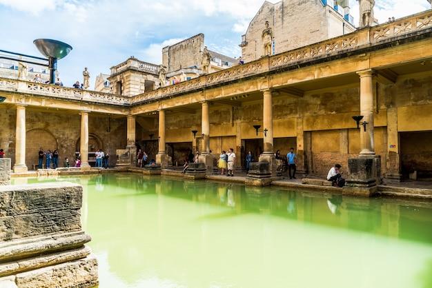 Римские бани в городе бат. Premium Фотографии