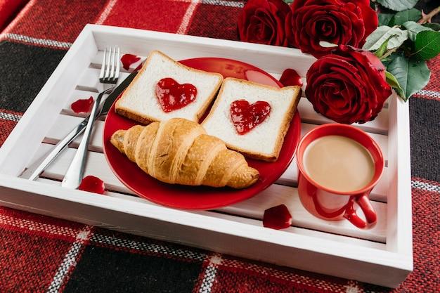 Romantic breakfast on tray on table Free Photo