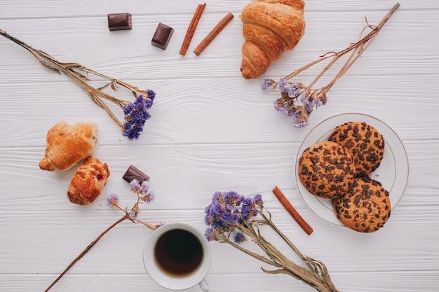 Романтический завтрак с креветками и фруктами Premium Фотографии