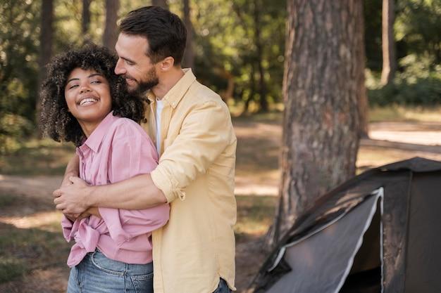 Coppia romantica abbracciata all'aperto Foto Gratuite