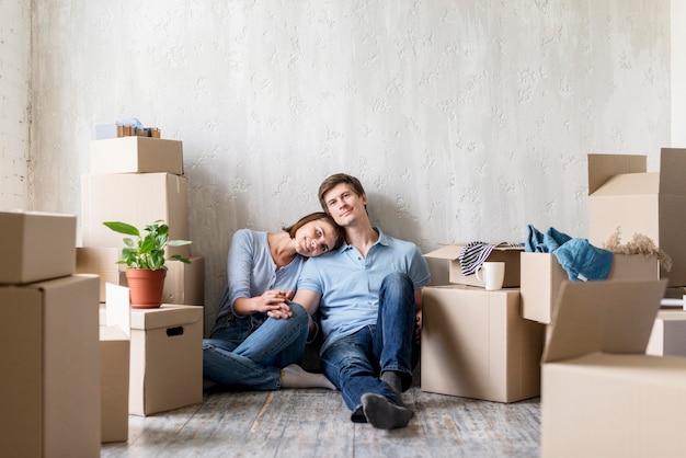 Coppia romantica che si diverte a casa mentre fa i bagagli per andarsene Foto Gratuite