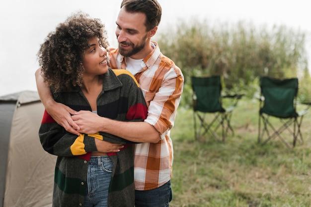 Романтическая пара обниматься на открытом воздухе Бесплатные Фотографии
