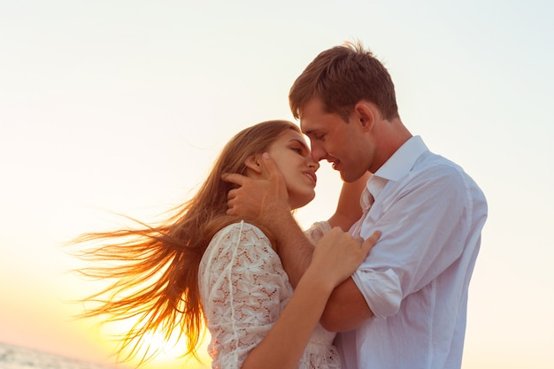 Romantic couple kissing on the beach Premium Photo