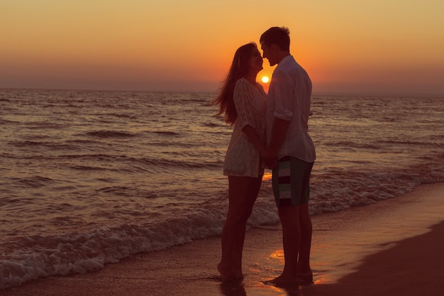 Romantic couple kissing on the beach Premium Photo