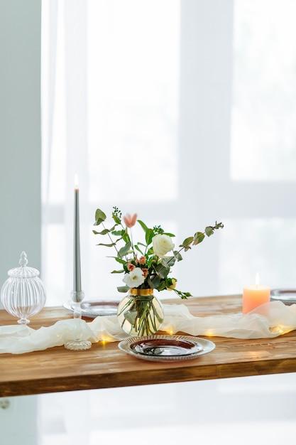 花とロマンチックな装飾が施された木製のテーブル Premium写真