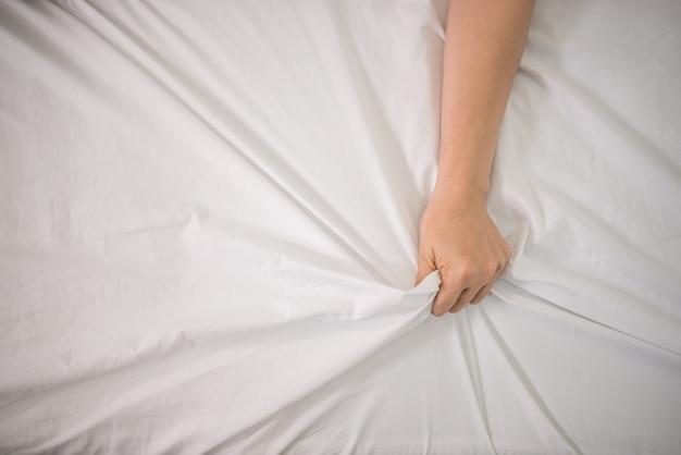 관능적 인 전희를 즐기는 침대에서 로맨틱 행복 한 커플. 무료 사진