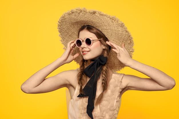 麦わら帽子のサングラスモデルのドレスの感情のロマンチックな女性。高品質の写真 Premium写真