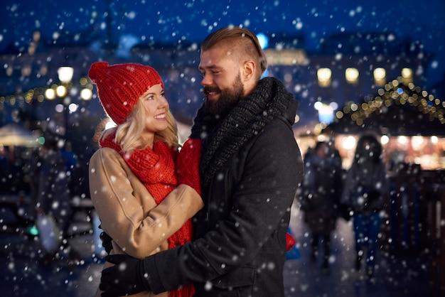 雪の中でカップルのロマンチックな瞬間 無料写真