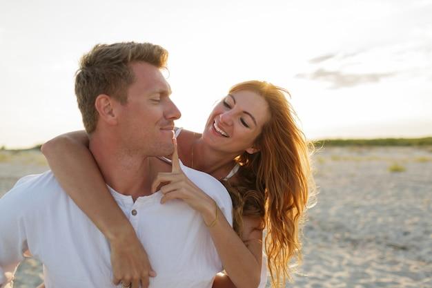 Momenti romantici di felice coppia europea innamorata di una vacanza tropicale sulla spiaggia. Foto Gratuite