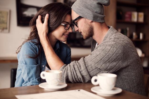 Momenti romantici per giovani coppie Foto Gratuite