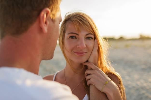 Atmosfera romantica. donna capa rossa che gode dell'estate con suo marito. Foto Gratuite