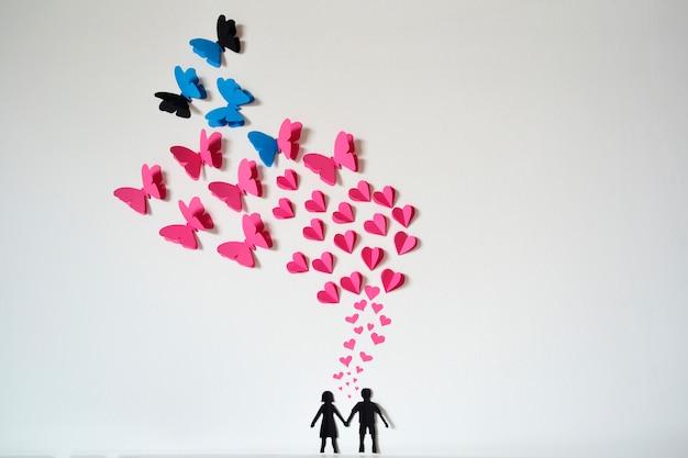 Романтическая пара бумага с сердечками и бабочками летать Бесплатные Фотографии
