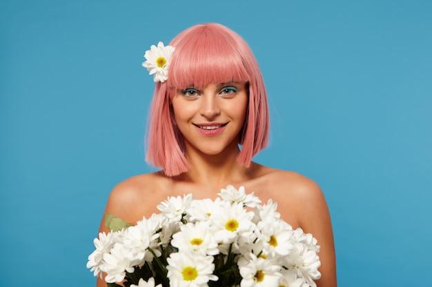 컬러 메이크업 꽃의 거대한 꽃다발을 들고 매력적인 미소로 긍정적으로 찾고 젊은 사랑스러운 분홍색 머리 여자의 낭만적 인 사진, 절연 무료 사진