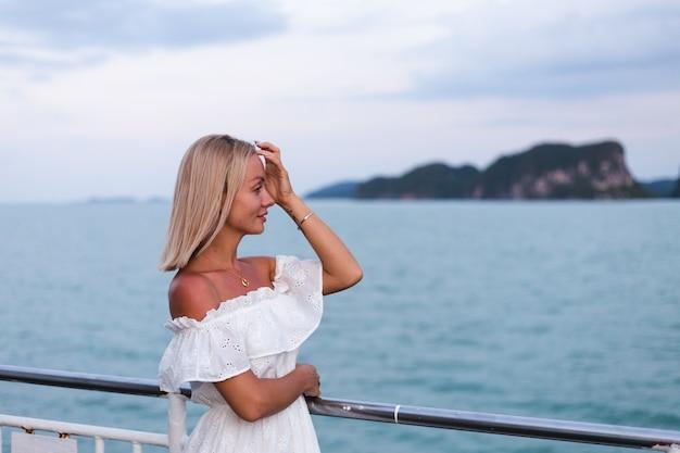 大型ボートフェリーでセーリング白いドレスを着た女性のロマンチックな肖像画 無料写真