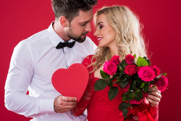 Романтическая сцена на красном фоне Бесплатные Фотографии