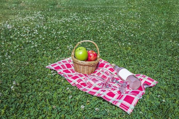 Романтический летний пикник на природе. Premium Фотографии