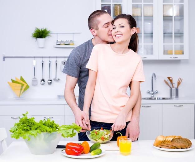 함께 부엌에서 요리하는 낭만적 인 젊은 부부 무료 사진