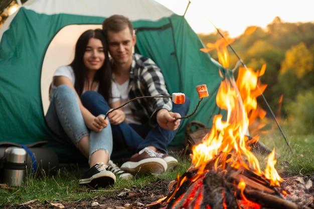Романтическая молодая пара, наслаждаясь костром Бесплатные Фотографии