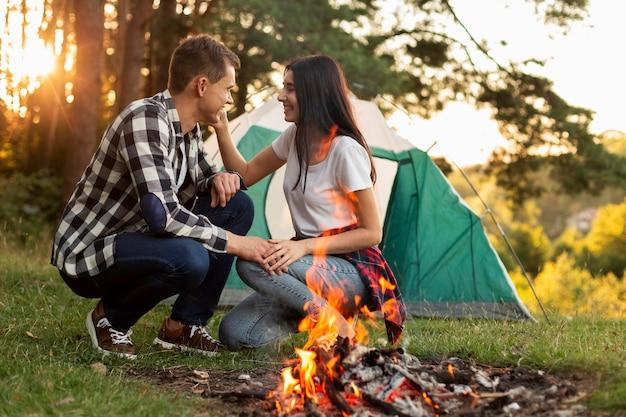 Романтическая молодая пара, наслаждающаяся временем на природе Бесплатные Фотографии