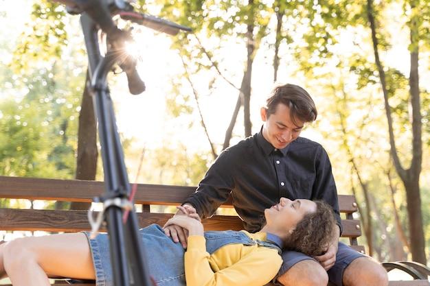Романтическая молодая пара вместе на открытом воздухе Бесплатные Фотографии