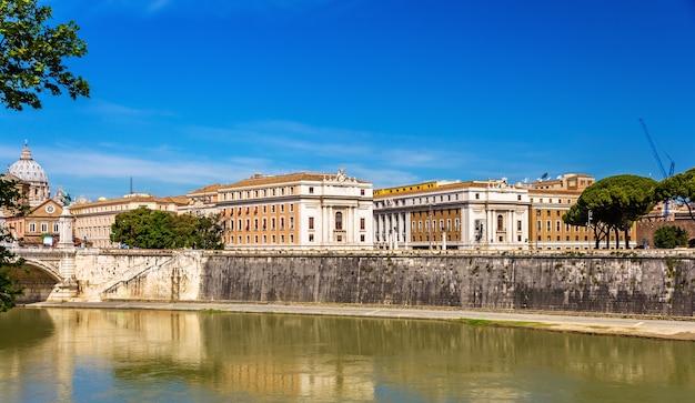 テヴェレ川に架かるローマの街 Premium写真