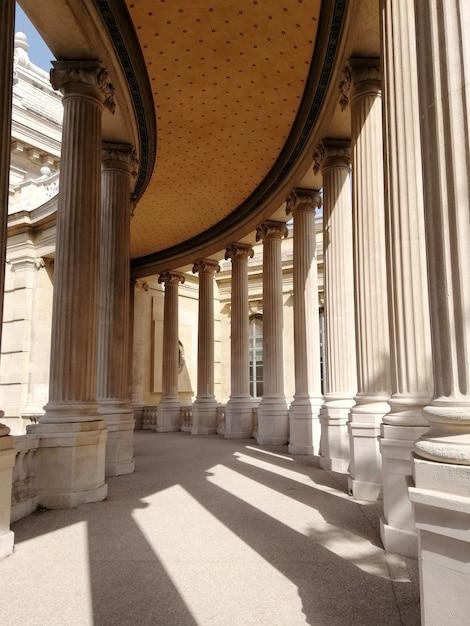 Крыша и колонны музея естественной истории марселя под солнечным светом во франции Бесплатные Фотографии