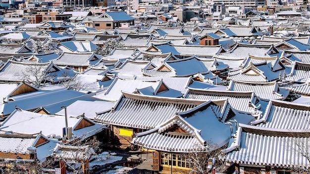 눈으로 덮인 전주 전통 한옥 마을의 지붕, 겨울 전주 한옥 마을, 한국 무료 사진