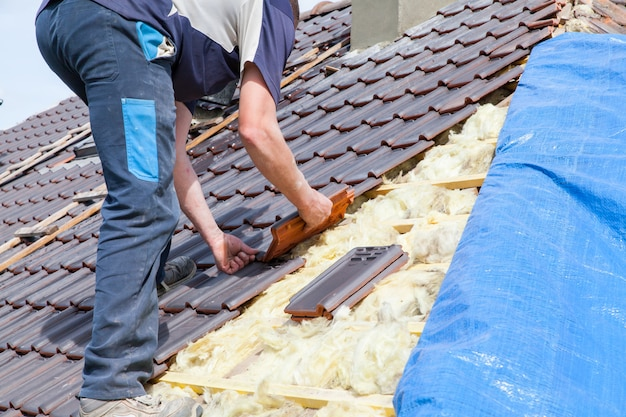 roofer-laying-tile-roof_105413-27.jpg (626×417)