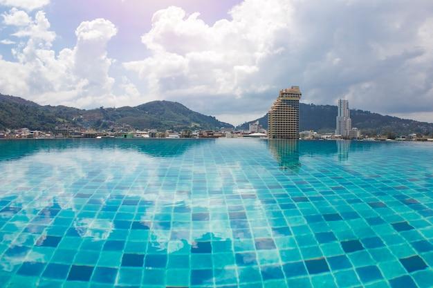 Бассейн на крыше с видом на город Premium Фотографии