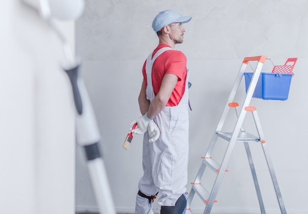 Room painter and his job Free Photo