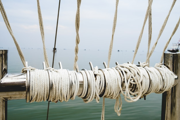 Канатный узел на морском фоне лодки как сильная морская морская линия, связанная вместе. Premium Фотографии